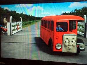 停車したトーマスを横目に踏み切りを渡るバーティー