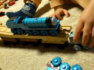 きかんしゃトーマス木製レールで遊ぶ息子 足にはトーマスのソックスがちらり
