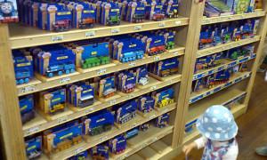 大好きな 「きかんしゃトーマス木製レールシリーズ」 がこんなにたくさん!